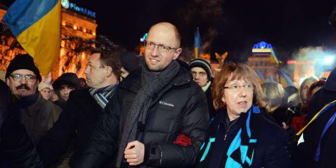Arseni Iatseniouk, leader de Batkivchtchina (parti de Ioulia Timochenko), au côté de Catherine Ashton, la chef de la diplomatie de l'Union européenne, en décembre 2013 à Kiev.
