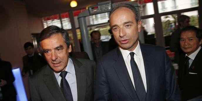 Copé estime que les négociations consultations sont menées « dans le mauvais sens » par le gouvernement, tandis que Fillon a « du mal à croire » au « virage » du chef de l'Etat – ici les deux hommes le 25 janvier lors d'un conseil de l'UMP.