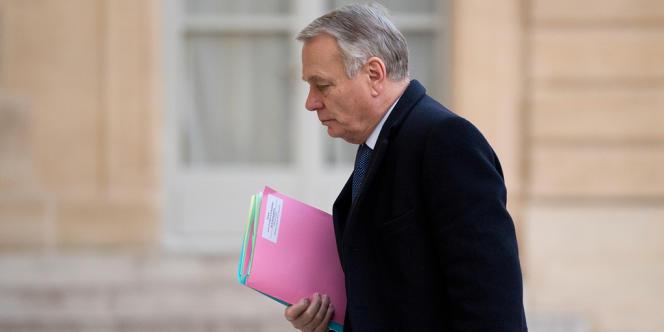 Matignon reçoit lundi syndicats et patronat pour négocier notamment les contreparties à la baisse annoncée du coût du travail.