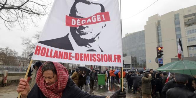 Une banderole, dans la manifestation Jour de colère contre François Hollande, dimanche 26 janvier, à Paris.