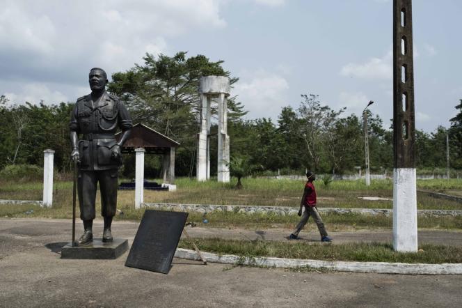 Dans l'ancienne résidence de Bokassa, un jeune homme passe devant la statue de l'ancien empereur, à Bangui, le 27 janvier.