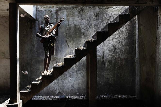 Dans l'ancienne résidence de l'empereur Bokassa, des jeunes recreues de la séléka attendent leur intégration dans l'armée.