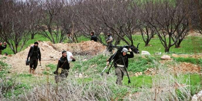 Des opposants syriens armés se préparent pour une attaque dans la ville de Nasiriyah, au nord d'Hama, le 26 janvier.