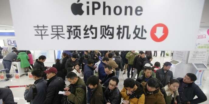 Dans un magasin de téléphonie mobile à Wuhan, dans la province du Hubei, en Chine, le 17 janvier.