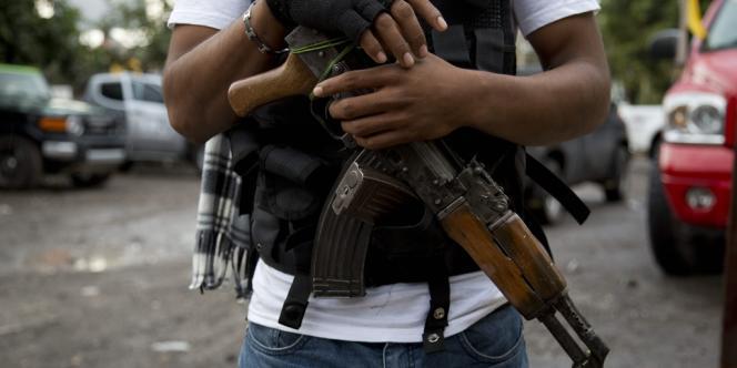 Un homme armé appartenant à un groupe d'autodéfense du Michocan, en janvier, à Antunez.