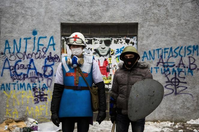 A Kiev, les insurgés adoptent parfois des tenues aux références médiévales : il s'agit souvent de membres de groupes de reconstitution historique affiliés à l'organisation nationaliste Praviy Sektor.