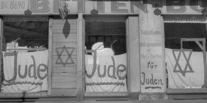 Slogans anti-juifs dans une rue de Berlin en juin 1938.
