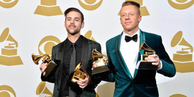 Ryan Lewis et Macklemore à l'issue de la cérémonie des Grammy Awards, à Los Angeles, le 26 janvier.