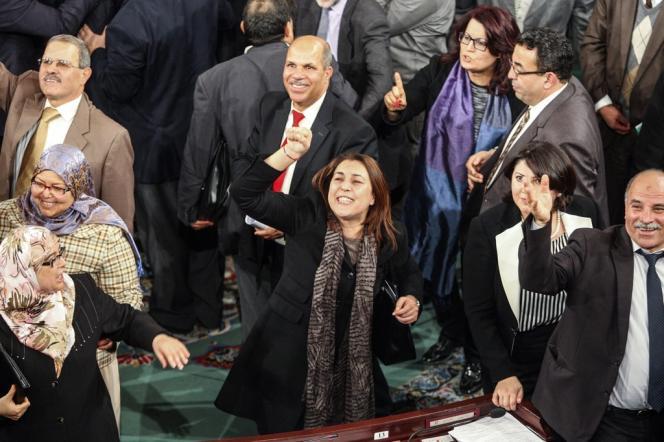Dans l'Assemblée générale constituante à l'annonce des résultats du vote, le 26 janvier. La nouvelle Constitution de la Tunisie a été adoptée par 200 votes sur 216.