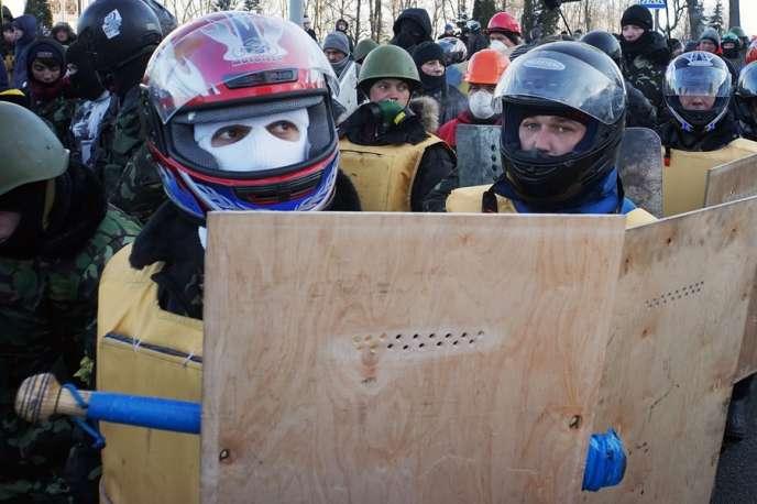 Pour se protéger des forces de l'ordre, plusieurs manifestants ukrainiens ont constitué des troupes d'autodéfense, le 29 janvier à Kiev.