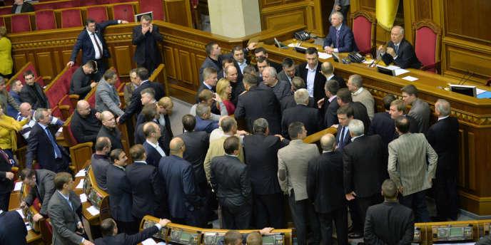 Après plusieurs heures d'âpres négociations, le texte a été approuvé par 232 députés, sur les 416 présents, sous les cris de protestations des parlementaires de l'opposition, et la séance a été levée.