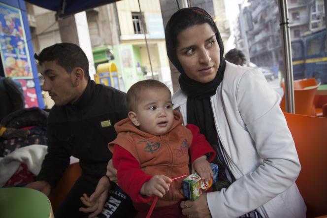 Khaiber Rakemi, sa femme Zoura et leur fils Youssef sont Afghans. Ils font partie des seize rescapés du naufrage survenu dans la nuit du 19 au 20 janvier au large de lîle de Farmakonisi, en mer Egée.