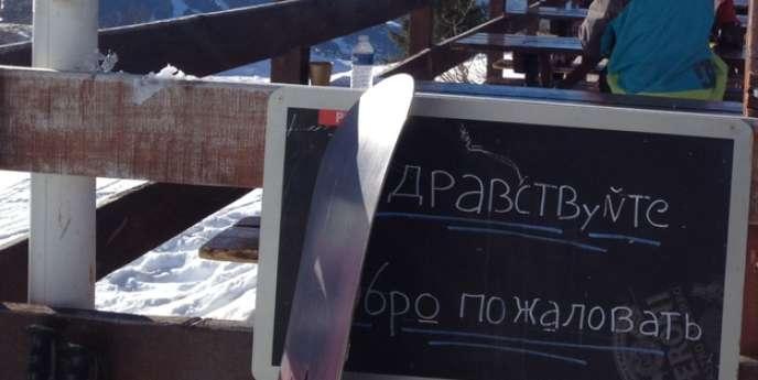 Panneau en russe dans la station des Arcs, en Haute-Savoie.
