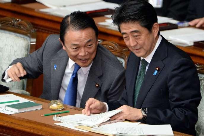 Le ministre des finances japonais, Taro Aso (à gauche) et le premier ministre, Shinzo Abe, le 28 janvier 2014 au Parlement.