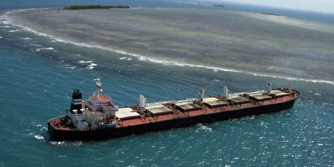 Un cargo transportant du charbon près de la Grande Barrière de corail en Australie.