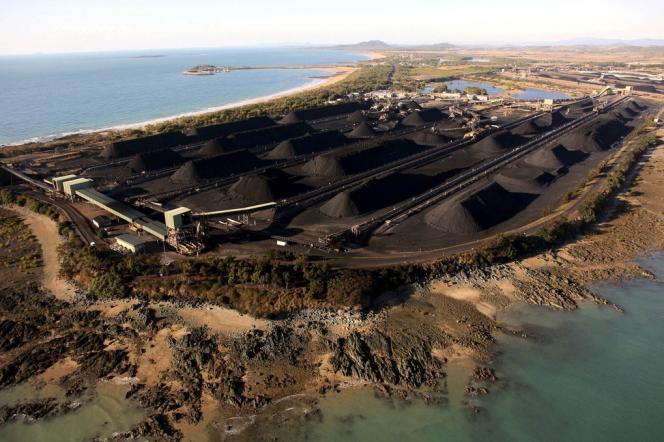 Montagnes de charbon le long de la Grande Barrière de corail australienne, au niveau du port d'Hay Point (Queensland), en août 2009.
