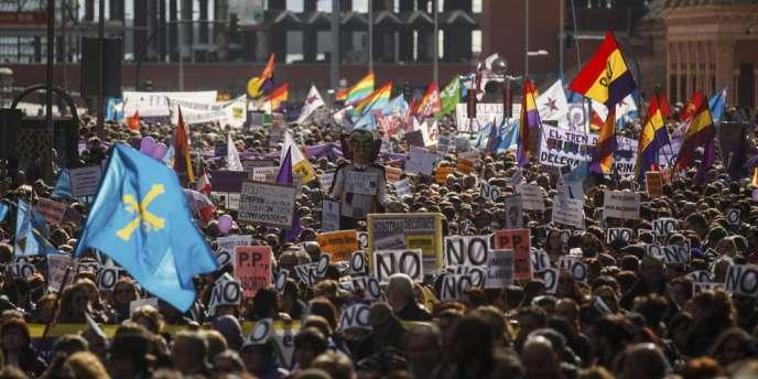 Plusieurs milliers de personnes ont manifesté samedi 1er février à Madrid contre le projet du gouvernement conservateur espagnol de restreindre le droit à l'avortement.