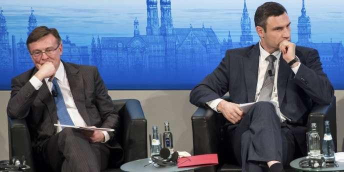 Leonid Kozhara, ministre des affaires étrangères de l'Ukraine et l'ancien boxeur, Vitali Klychko, président de l'Alliance démocratique pour les réformes se sont retrouvés côte-à-côte samedi 1er février lors d'une table-ronde organisée par la Conférence de Munich sur la sécurité.