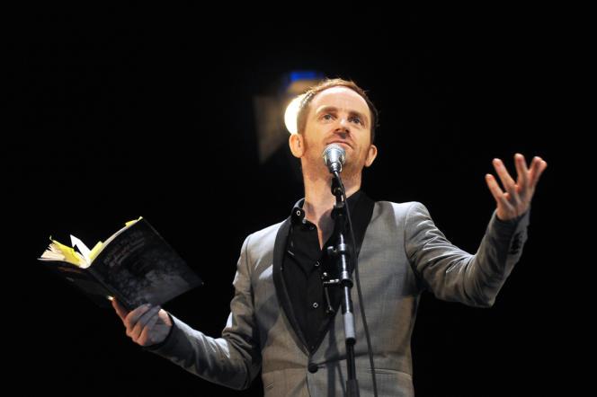 Mathias Malzieu, chanteur du groupe Dionysos, en concert à La Rochelle, le 14 juillet 2013.