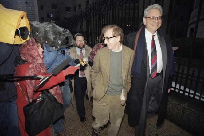 En 1992, l'actrice Mia Farrow et le réalisateur Woody Allen étaient engagés dans une bataille judiciaire sans merci pour la garde de leurs trois enfants. Photo prise le 12 janvier 1993 devant la Cour suprême à Manhattan.