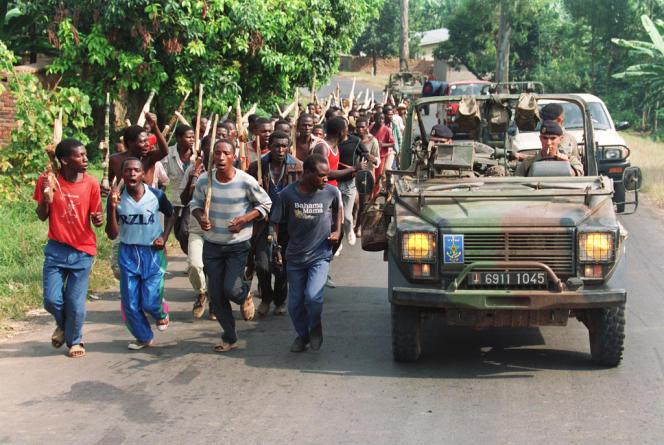 Des soldats français patrouillent aux côtés de Hutus, en juin 1994 près de Gisenyie, à proximité de la frontière avec le Zaïre.