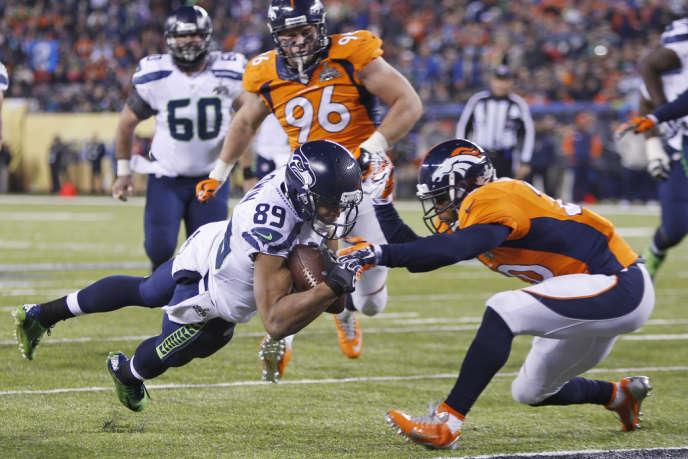 Le Seahawks de Seattle (maillot blanc), Doug Baldwin, marque contre les Broncos de Denver, dimanche 2 février, à New York, en finale du Super Bowl.