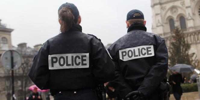 Un officier de police roumain patrouille en compagnie de deux policiers français à Paris.