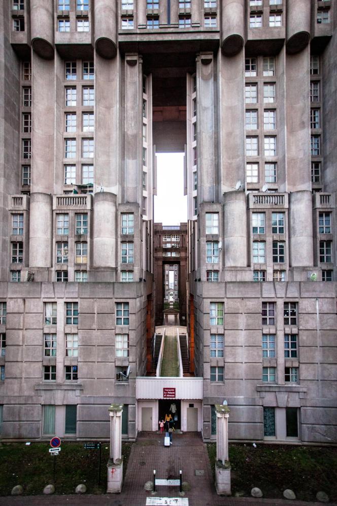 Les Espaces d'Abraxas, semblables à une forteresse, ont été comparés à la prison américaine Alcatraz ou encore à Gotham City, la ville de Batman.