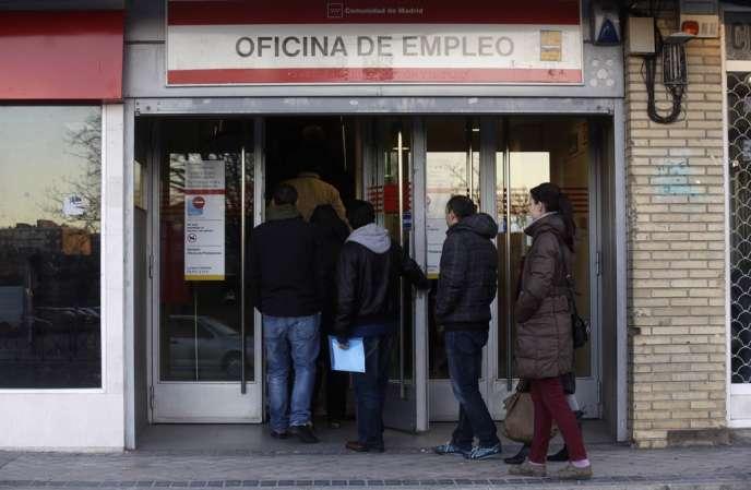 L'Institut national de la statistique espagnol (INE) avait constaté une nouvelle hausse au dernier trimestre, à 26,03% de la population active, selon les chiffres publiés le 23janvier.