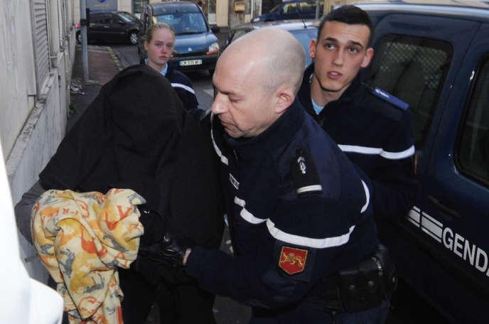 La mère qui aurait noyé son nouveau-né de trois mois arrive, le visage couvert, au palais de justice de Mont-de-Marsan le 28décembre2013, pour être présentée à un juge d'instruction.
