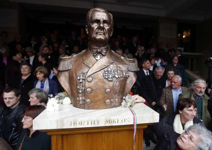 Des nationalistes hongrois assistent à l'inauguration d'une statue de Miklos Horthy, le régent ultraconservateur à l'origine du système éducatif du pays, dans les années 1920, à Budapest, le 3 novembre 2013.