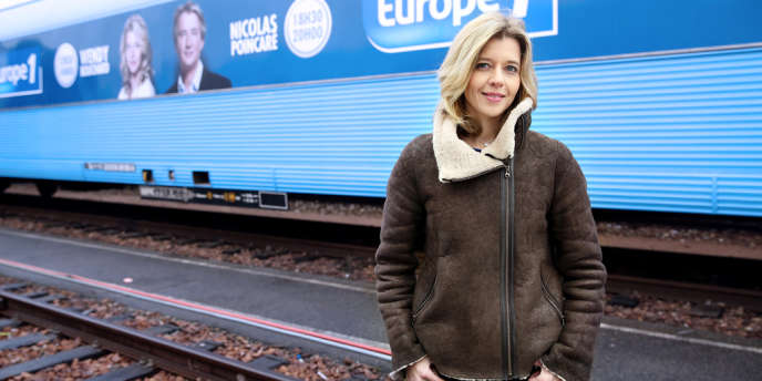 Wendy Bouchard devant le train des municipales aux couleurs d'Europe 1.