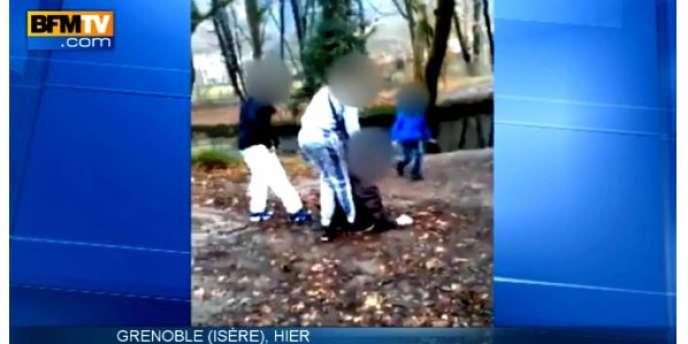 Sur la vidéo, on voit les deux jeunes tenir leur victime par les bras, puis la pousser dans un bassin peu profond, lui immergeant les pieds et les mollets.