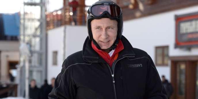 Comme ici début janvier, le président russe Vladimir Poutine s'est plusieurs fois affiché avec des skis, contribuant au développement de la pratique des sports d'hiver en Russie.