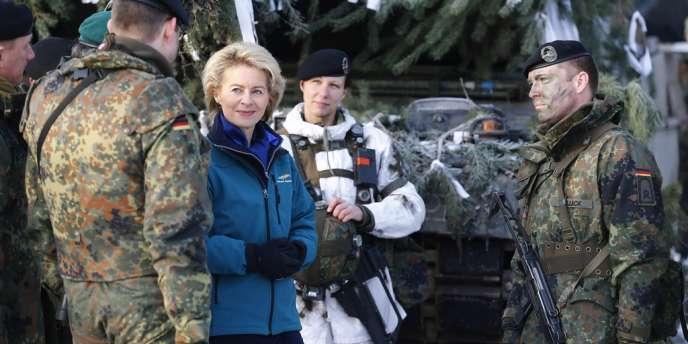 La ministre allemande de la défense, Ursula von der Leyen, lors de manoeuvres de la Bundeswehr le 28 janvier in Letzlingen January 28, 2014.