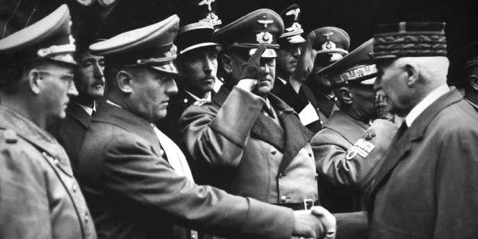 Otto Abetz et Philippe Pétain se serrant la main en novembre 1941.