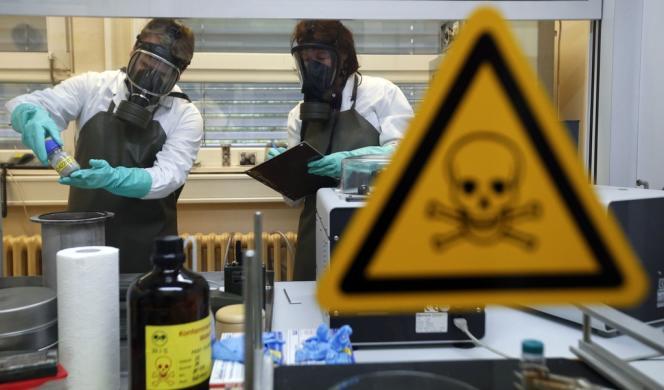 A l'Institut de recherche sur les technologies de protection et la protection nucléaire, biologique et chimique (WIS) de la Bundeswehr, à Munster, en Allemagne. Des employés examinent un échantillon de gaz similaire au sarin.
