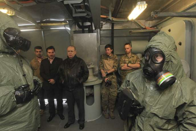 Le ministre chypriote des affaires étrangères Ioannis Kasoulides en compagnie de militaires danois sur une frégate escortant les transports d'armes chimiques hors de Syrie, le 3 février.