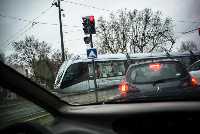 Cohabitation entre tram et voitures dans l'avenue de Muret.