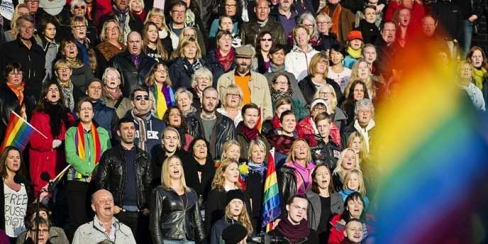Des militants chantent l'hymne russe à Stockholm en soutien de la communauté LBGT russe, en octobre 2013.
