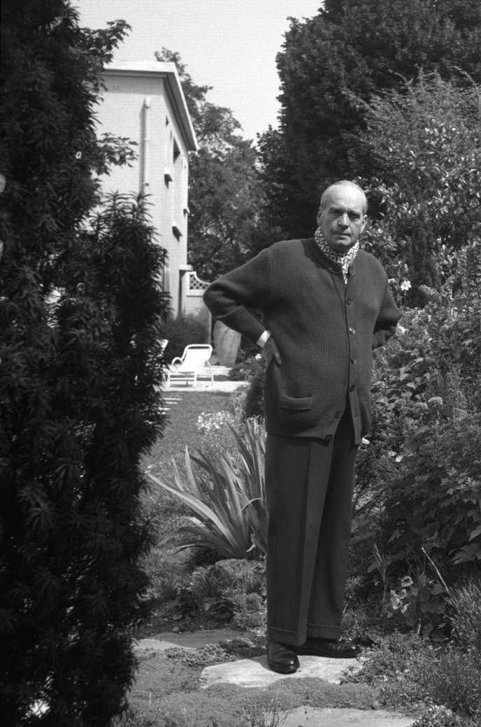 Jacques Chardonne devant sa maison de La-Frette-sur-Seine, dans le Val-d'Oise, en juillet 1955.