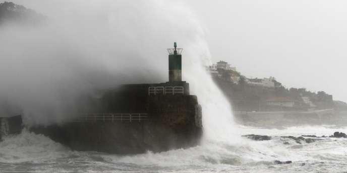 La tempête Qumaira frappe les côtes de Galice jeudi6février.