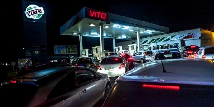 File d'attente devant une station d'essence lors des bloquages, le 28 janvier à Fort-de-France, en Martinique.
