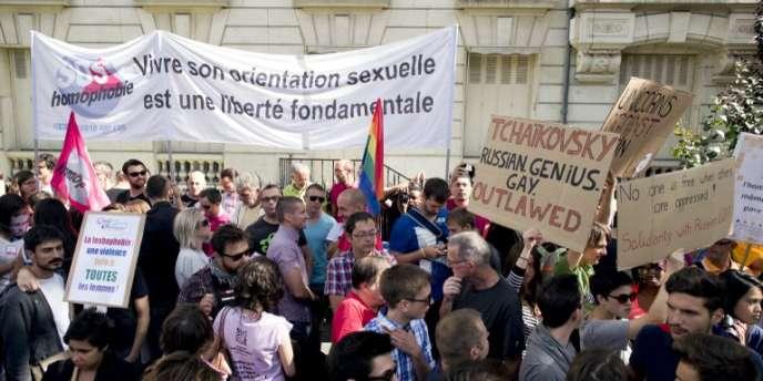 Manifestation pour les droits des homosexuels, devant l'ambassade de Russie, le 8 septembre 2013 à Paris.