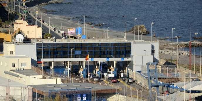 La préfecture de Ceuta a expliqué que la police avait utilisé « du matériel antiémeute, des balles en caoutchouc lancées en parabole par-dessus une barrière de 6 mètres de haut, jamais contre les personnes ».