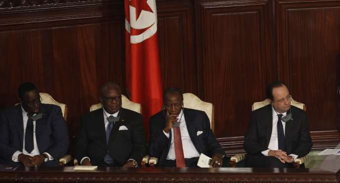 A l'occasion de l'adoption de la nouvelle Constitution, M. Hollande a salué un texte « majeur » qui prouve que « l'islam est compatible avec la démocratie ».