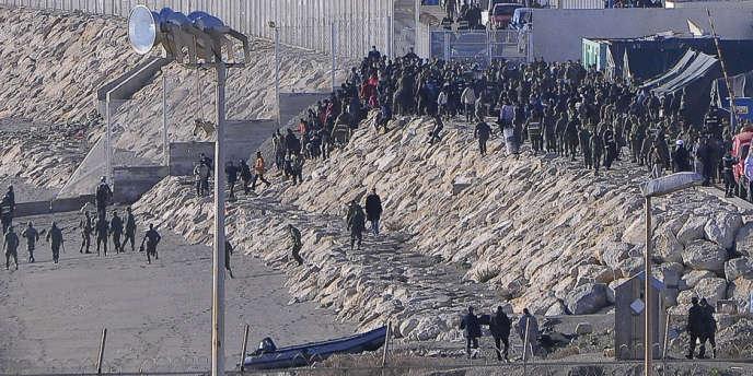La police marocaine repousse des migrants à Ceuta, le 6 février.
