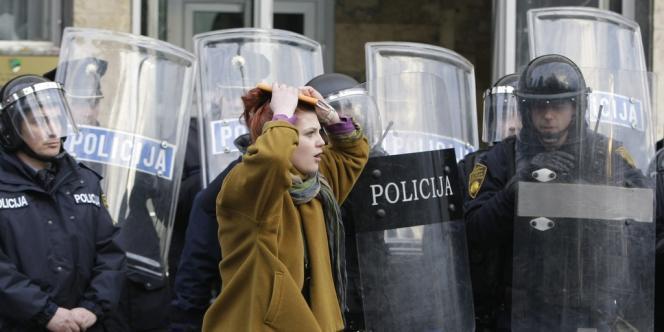 Devant l'entrée du siège du gouvernement local à Tuzla, en Bosnie, le 6 février.