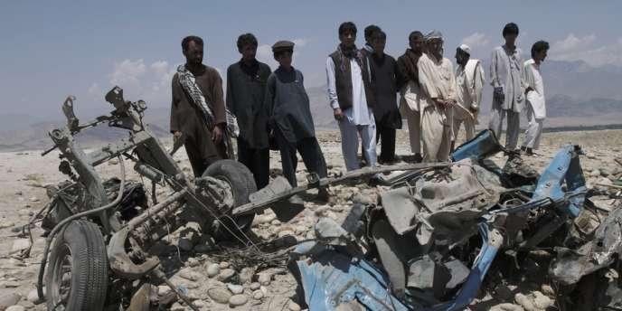 Un véhicule détruit par une attaque à la bombe dans la province de Laghman, le 3 juin 2013.