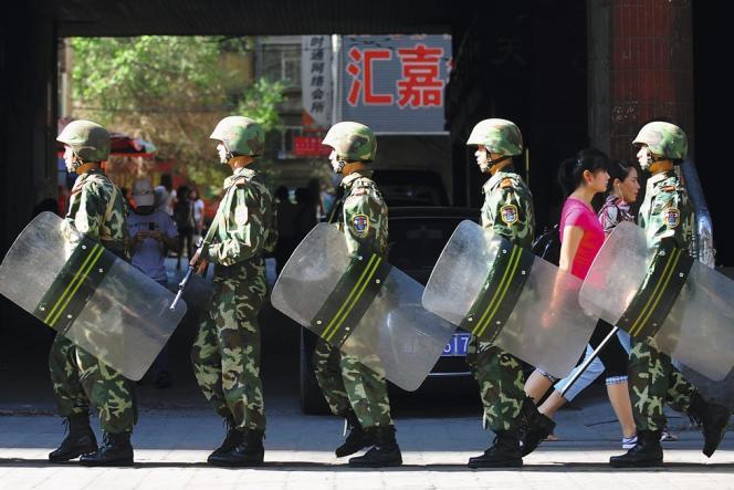 Des militaires chinois déployés à Urumqi (Xinjiang) en juillet 2009 après  une révolte  des Ouïgours.